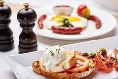 Köstliches Omurice-Omelett mit Ketschupnahaufnahme auf einer Platte horizontal Lizenzfreie Stockbilder