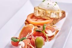 Köstliches Omurice-Omelett mit Ketschupnahaufnahme auf einer Platte horizontal Lizenzfreie Stockfotos