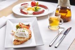Köstliches Omurice-Omelett mit Ketschupnahaufnahme auf einer Platte vertikal Lizenzfreies Stockfoto