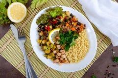 Köstliches orientalisches Salat tabbouleh Kuskus mit gebratenem Gemüse Lizenzfreies Stockfoto