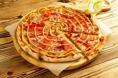 Köstliches Pizza margherita gedient auf hölzerner Platte stockfotos