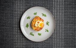 Köstliches Rezept zum das Frühstück von angefüllten Avocados lizenzfreie stockfotos
