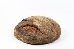 Köstliches rundes Roggenbrot lokalisiert auf einem weißen Hintergrund Ganze frische gesunde Backwaren Nützlich für strenge Vegeta Lizenzfreie Stockfotos