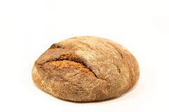 Köstliches rundes Roggenbrot lokalisiert auf einem weißen Hintergrund Ganze frische gesunde Backwaren Nützlich für strenge Vegeta Lizenzfreies Stockfoto