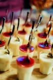 Köstliches süßes Buffet mit kleinen Kuchen und anderen Nachtischen stockbild