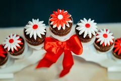 Köstliches süßes Buffet mit kleinen Kuchen und anderen Nachtischen lizenzfreie stockbilder