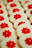 Köstliches süßes Buffet mit kleinen Kuchen und anderen Nachtischen lizenzfreie stockfotografie