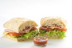 Köstliches Sandwich der Schinkenkäse-Kopfsalattomate Stockfoto