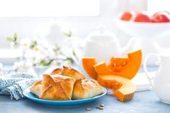 Köstliches selbst gemachtes Backen Pastetchen mit frischem Kürbis auf weißem Hintergrund stockbild