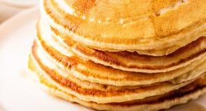 Köstliches selbst gemachtes Frühstück mit Pfannkuchen lizenzfreie stockfotos