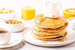 Köstliches selbst gemachtes Frühstück mit Pfannkuchen lizenzfreies stockfoto