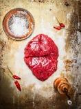 Köstliches Steak mit Salz und Pfeffer auf rustikalem Metallhintergrund Stockfotografie