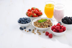 Köstliches und gesundes Frühstück auf weißem hölzernem Hintergrund Lizenzfreies Stockfoto