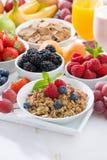 Köstliches und gesundes Frühstück mit Früchten, Beeren und Getreide Stockbild