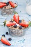Köstliches und gesundes Granola oder muesli mit Nüssen, Rosinen und b Stockbild