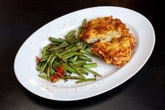 Köstliches und knusperiges Schnitzel mit grünen Bohnen stockbilder