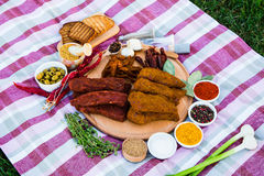 Kött av höna och kalvköttet ligger på en träplatta Kryddor från arkivfoto