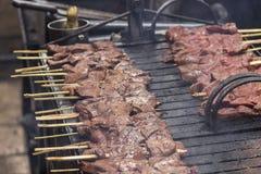 Kött av nötkötthjärta som strängas på pinnar Arkivfoton