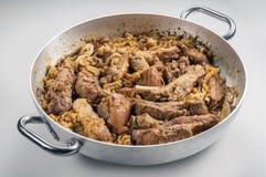 Kött för Cassoeula cassolagriskött i en kruka Arkivfoton