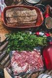 Kött för grillfest, persilja och jamon på tabellen Selektivt fokusera Arkivfoto