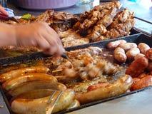 Kött lagas mat för asado på Mercado 4 i Asuncion, Paragua Arkivfoton