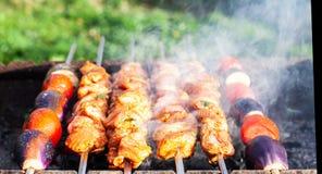 Kött lagas mat på kol royaltyfri foto