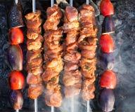 Kött lagas mat på kol arkivbilder