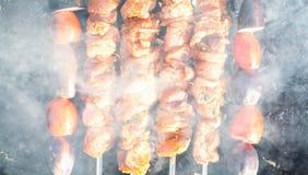 Kött lagas mat på kol arkivbild