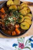 Kött med bakade potatisar arkivbild