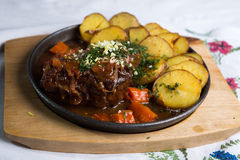 Kött med bakade potatisar arkivbilder