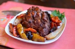 Kött med päron och torkade frukter arkivfoto