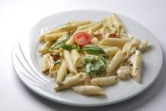 Kött med pasta i vit sås royaltyfri bild