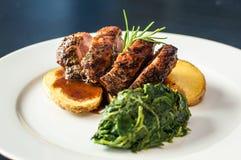 Kött med potatisar och grönsaker Royaltyfri Fotografi