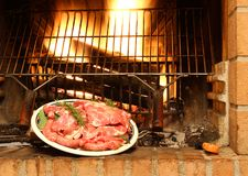 Kött med rosmarin som är klara att lagas mat Royaltyfri Bild