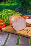Kött med sallad på tabellen Royaltyfri Bild