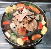 Kött och grönsak på den varma pannan & x28; thai mat arkivbild