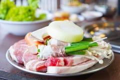 Kött och grönsak som är klara att grilla Arkivbild
