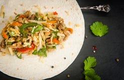 Kött och grönsaker i en tortilla Fotografering för Bildbyråer