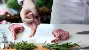 Kött och händer med kniven arkivfilmer
