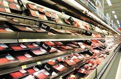 Kött- och hönsprodukter på hyllor Arkivbild