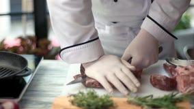 Kött och kniv i händer stock video