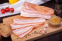 Kött- och korvuppsättning av nytt och förberett kött Nötkött griskött som saltas späcker och bologna-, och salamikorvar arkivbilder