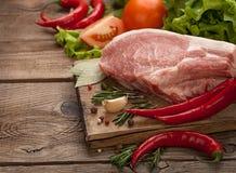 Kött och peppar och kryddor på tabellen av de gamla brädena arkivfoto