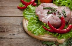 Kött och peppar och kryddor på tabellen av de gamla brädena arkivbilder