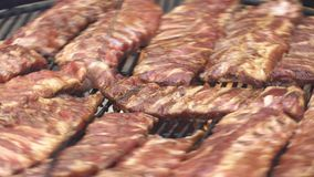 Kött och potatisar steker på den stora pannan lager videofilmer