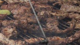 Kött och potatisar steker på den stora pannan arkivfilmer
