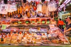 Kött, ost och mejeriprodukter som är till salu i Santa Catarina Market Of Barcelona City Arkivbilder