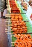Kött på en trästeknål som visas på ett bananblad fotografering för bildbyråer