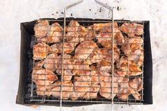 Kött på ett galler med rök Arkivbild