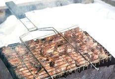 Kött på ett galler med rök Arkivbilder
